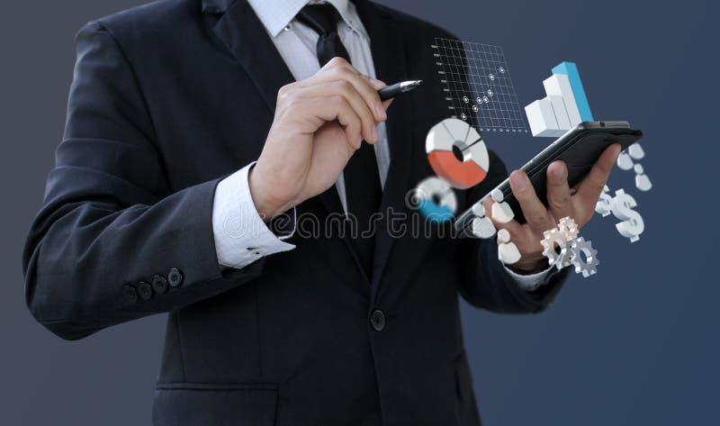 Данные по аналитика бизнесмена финансовые на смартфоне стоковое изображение rf