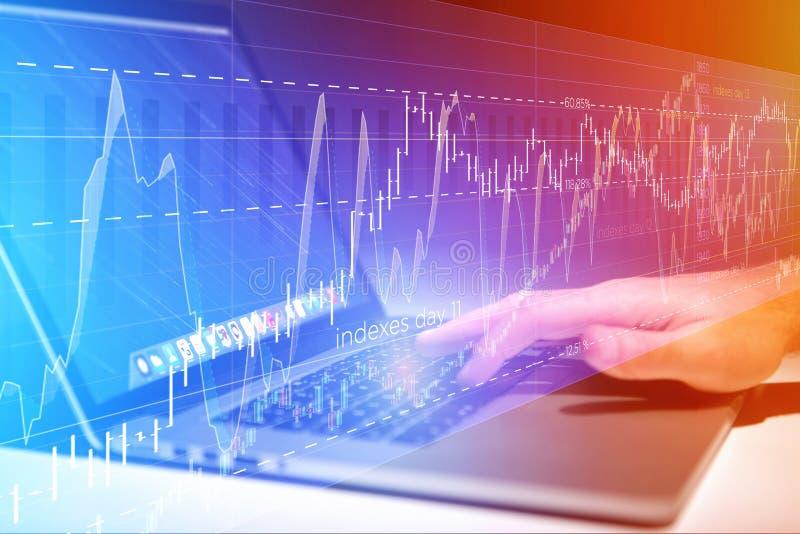 Данные по данным по фондовой биржи торгуя идя вне компьютер o стоковые фотографии rf