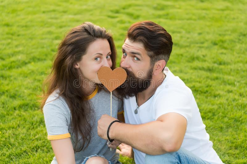 Данный его сердце ей Чувственные пары влюбленн в сердце упорки на зеленой траве Сексуальная женщина и бородатое удерживание челов стоковые фото