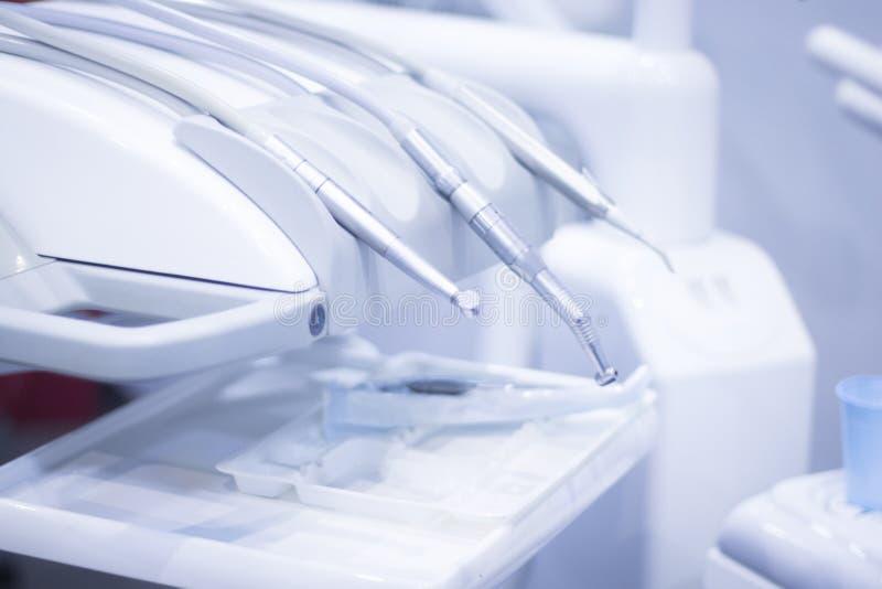 Дантисты предводительствуют зубоврачебное сверло стоковая фотография