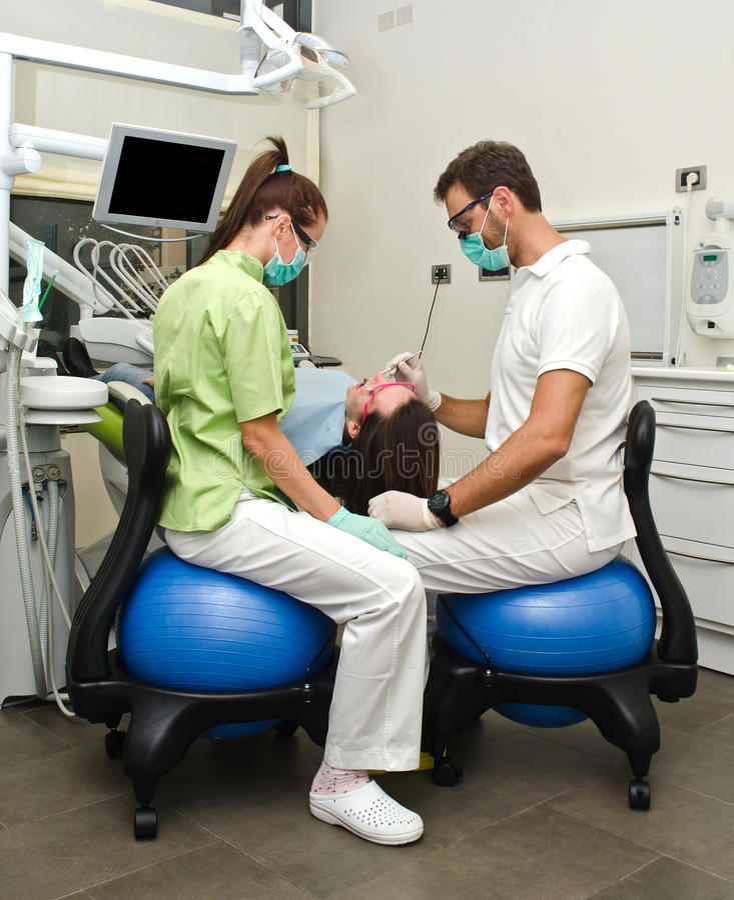 Дантист, ассистент и пациент в зубоврачебной клинике стоковые изображения