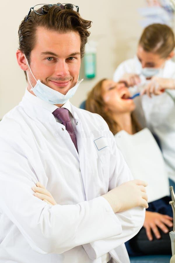 Дантист в его хирургии стоковое изображение