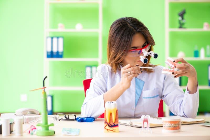 Дантист женщины работая на implant зубов стоковая фотография rf