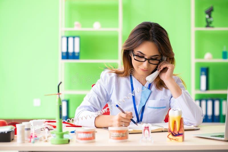 Дантист женщины работая на implant зубов стоковое фото rf