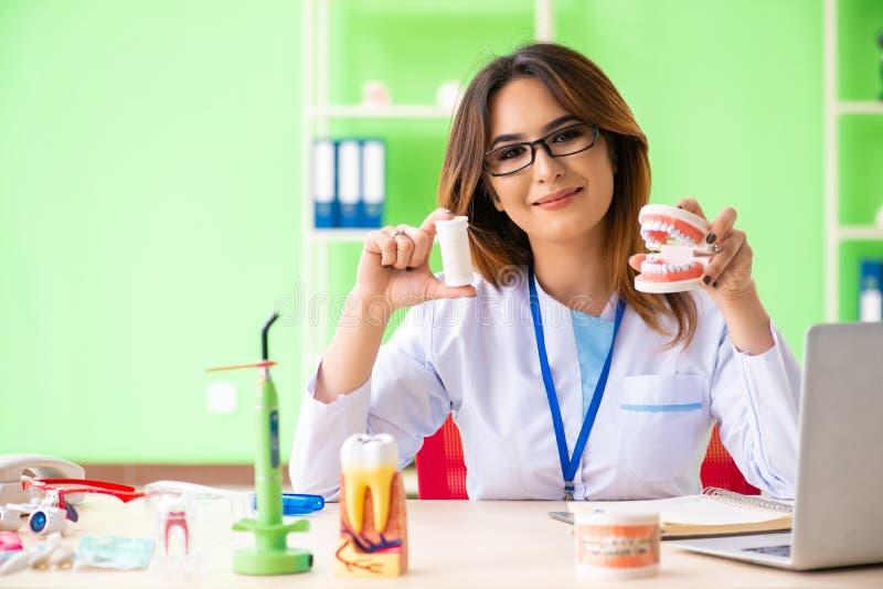 Дантист женщины работая на implant зубов стоковая фотография