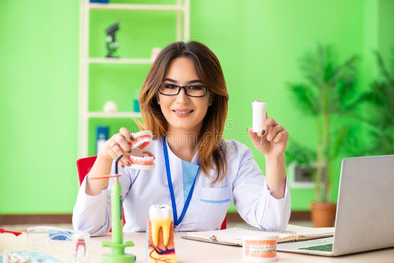 Дантист женщины работая на implant зубов стоковое фото