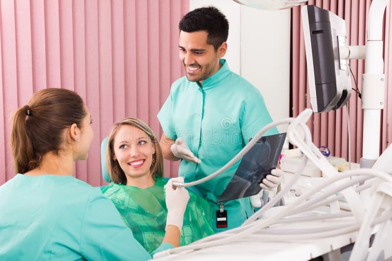 Дантист и пациент стоковое изображение