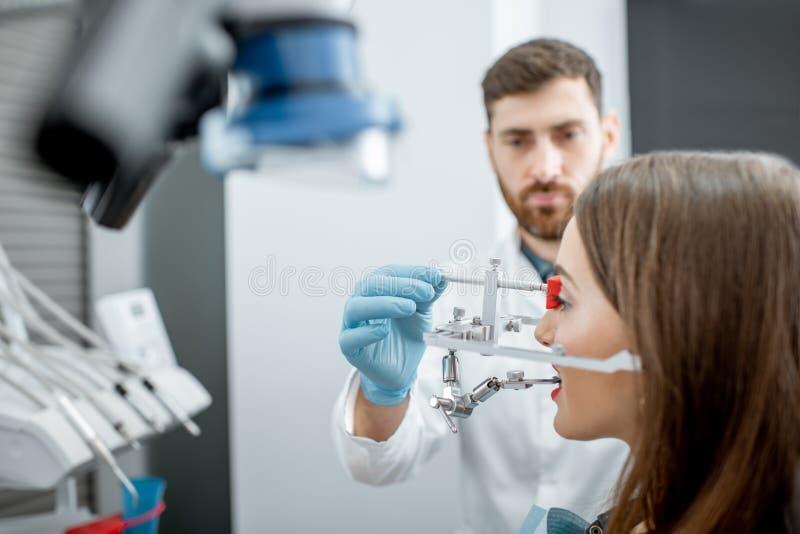 Дантист кладя измерительную систему челюсти стоковое фото