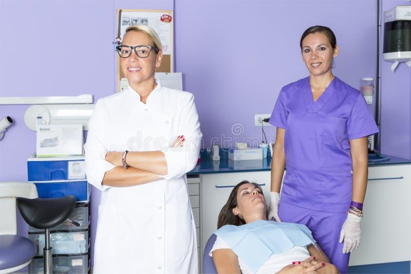 Дантист на зубоврачебной клинике стоковая фотография rf