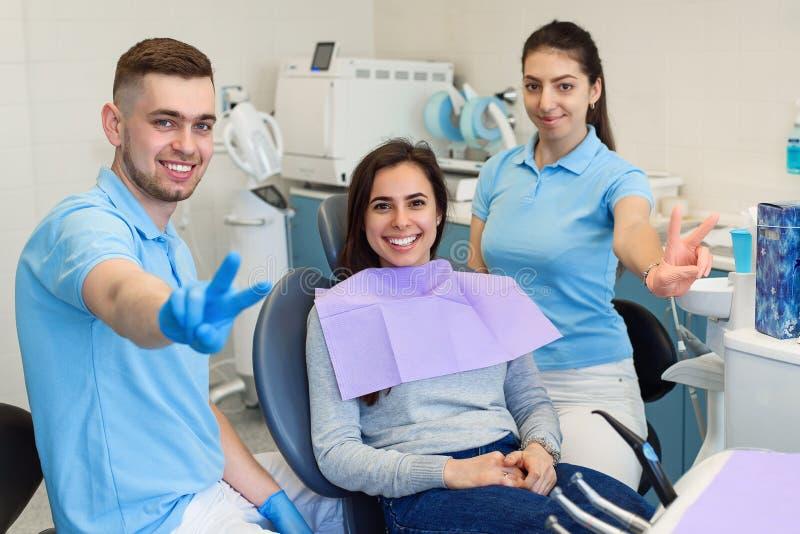 Дантист просматривает зубы пациента с блоком развертки 3d стоковая фотография