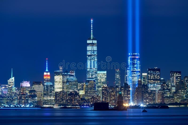 Дань в свете с skycrapers финансового района на ноче город более низкий manhattan New York стоковое фото rf