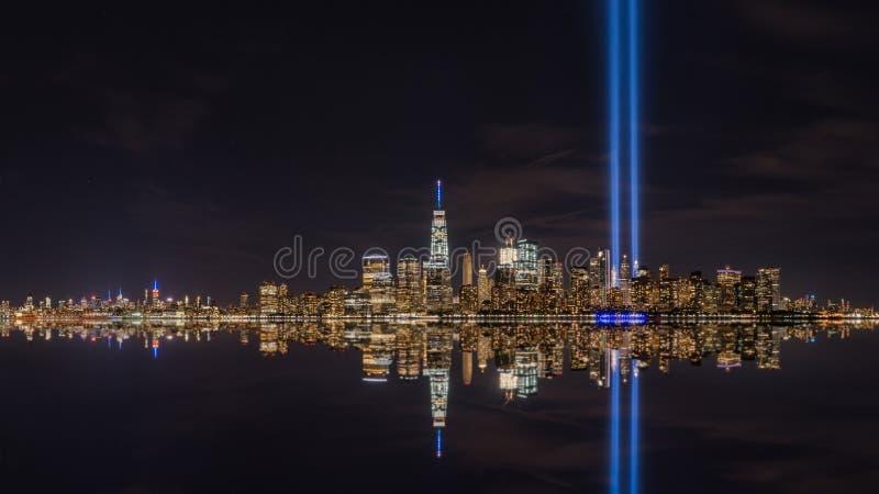 Дань Манхаттана в светлых отражениях стоковое изображение rf