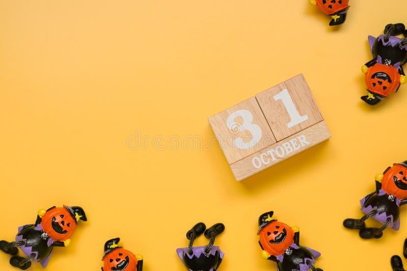 Дата календаря 31 Octorber, праздник хеллоуина с игрушкой тыквы вычисляет стоковая фотография rf