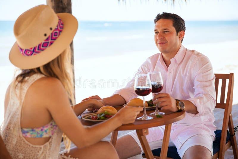 Дата с его подругой на пляже стоковые изображения rf