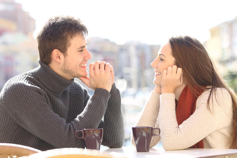 Датировка пар и flirting смотрящ один другого стоковое фото rf