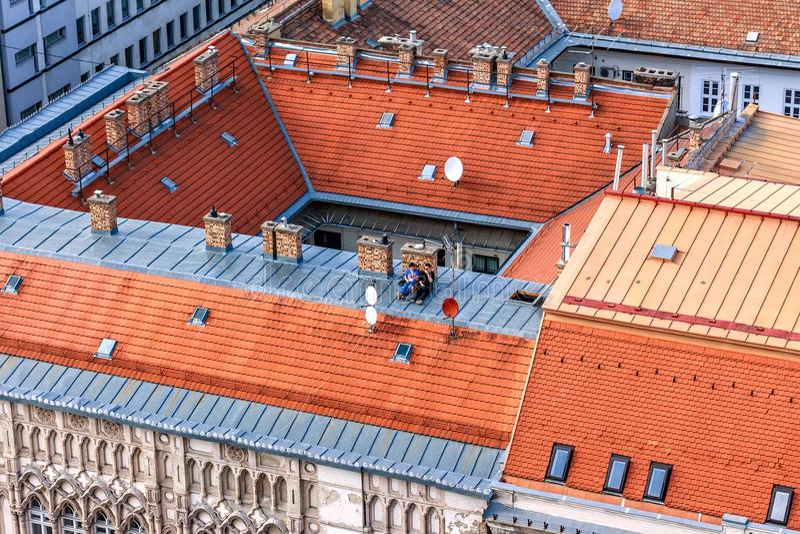 Датировка пар на крыше высокого здания стоковое изображение rf