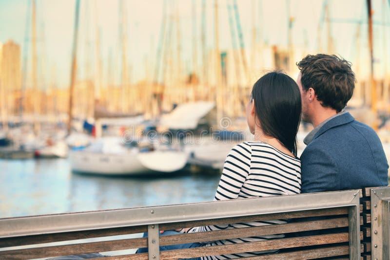 Датировка пар любовников на стенде в гавани Барселоне стоковое изображение