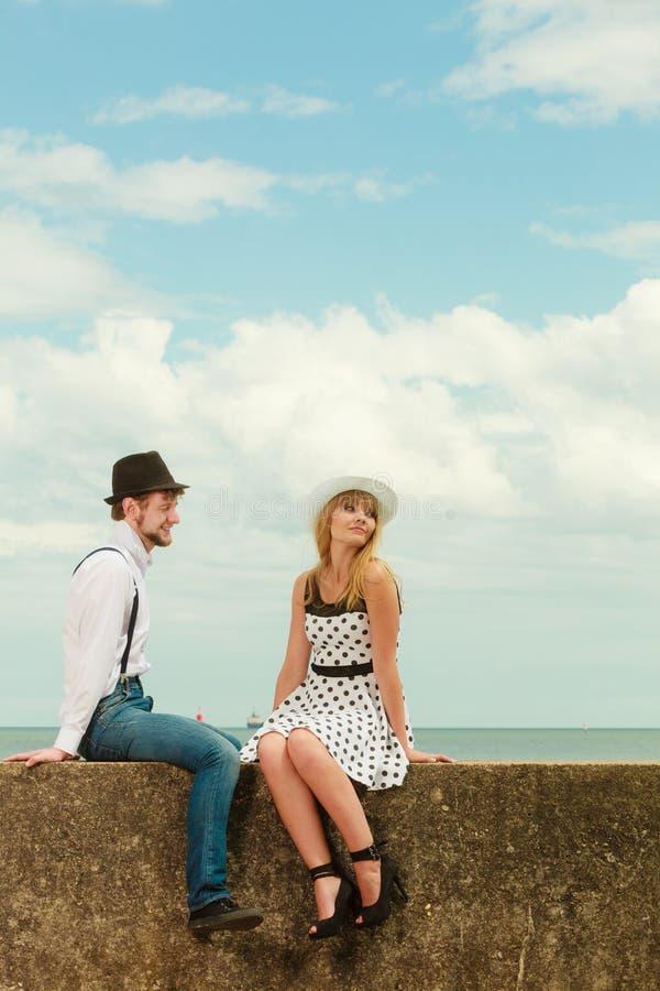 Датировка стиля любящих пар ретро на морском побережье стоковая фотография rf