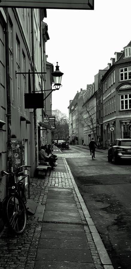 Датская прописная улица Столица Дании Велосипед и автомобиль на улице стоковая фотография rf