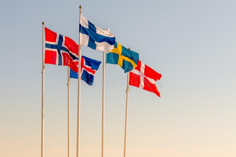 Датские, шведские, исландские, финские и норвежские скандинавские флаги развевая на ветре в Helsinborg стоковое изображение