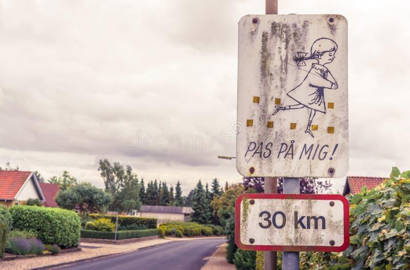 Датский знак с играть детей стоковое изображение