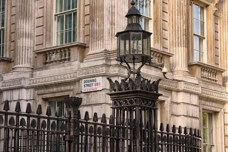 Даунинг-стрит осмотрел от Уайтхолла, Лондона стоковая фотография