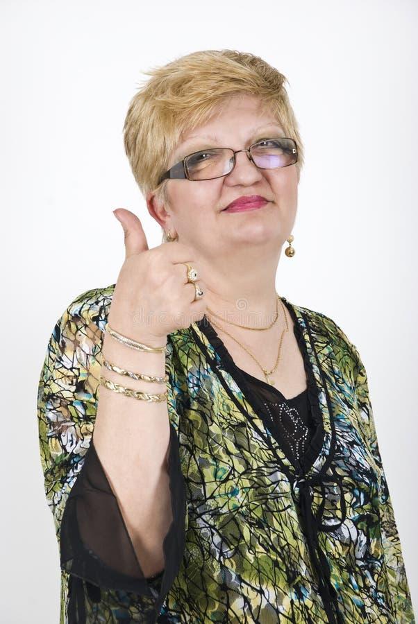 дающ возмужалые большие пальцы руки поднимают женщину стоковые фотографии rf