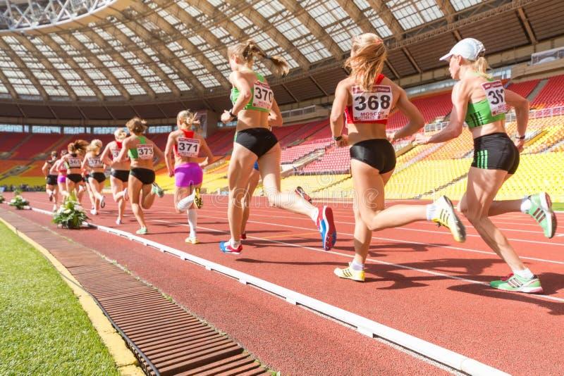 Дальнее расстояние бежать на международной атлетической конкуренции стоковое фото
