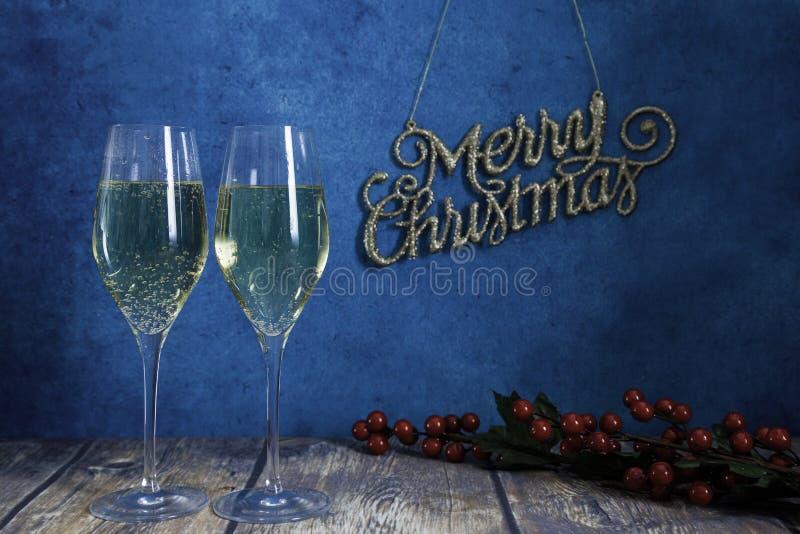 Два бокала шампанского и ветвь миделя стоковые фото