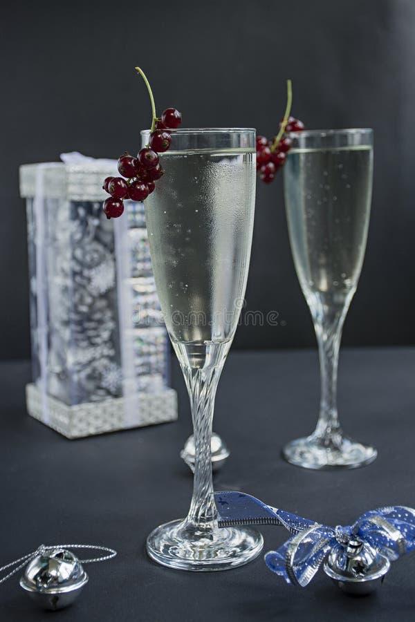 Два бокала шампанского. Новый год 2019. Рождественские и новогодние празРстоковая фотография