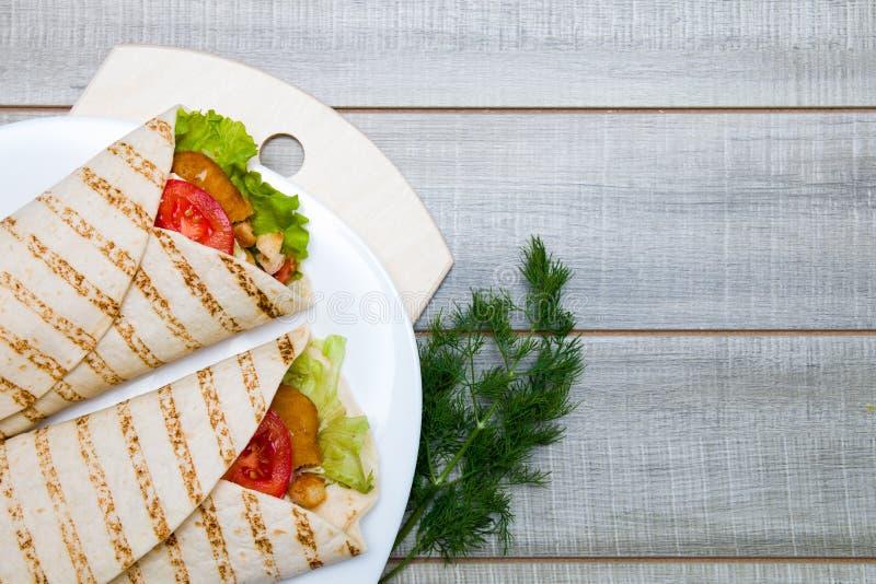 Два булочек на белой тарелке стоковые фотографии rf