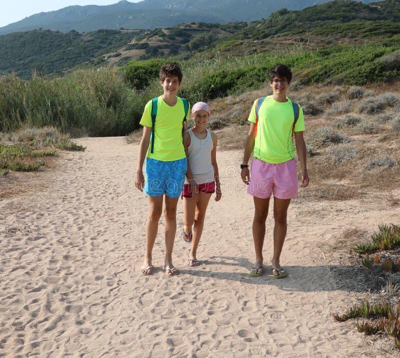 Два младших брата и младшая сестра летом стоковая фотография rf