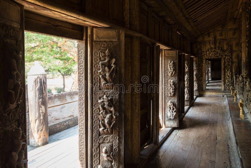 Двери и коридор на монастыре Shwenandaw в Мандалае стоковые изображения