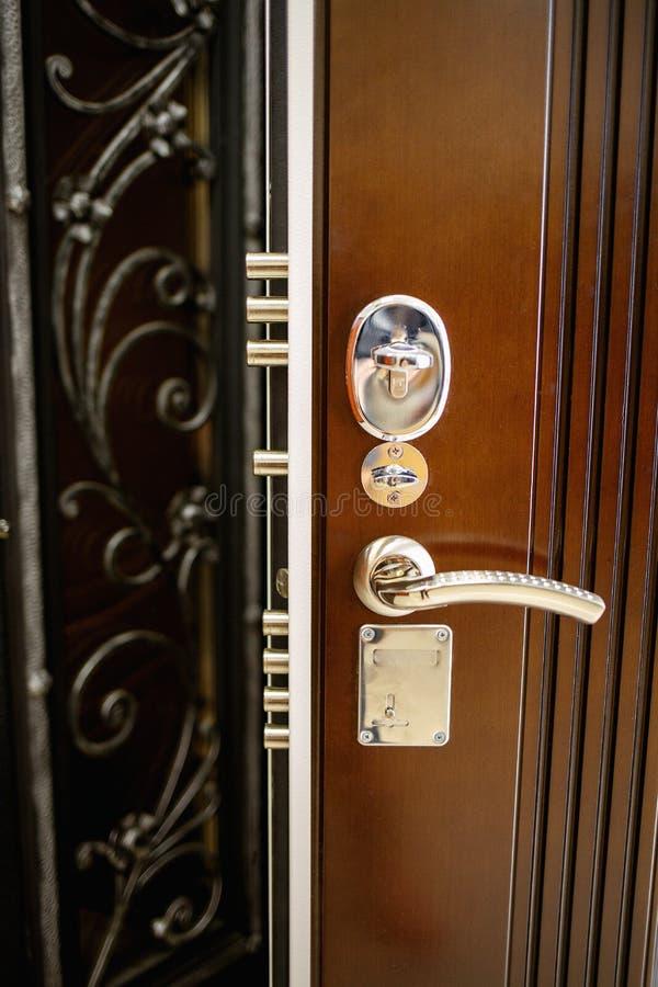 Двери металла входа стоковые изображения rf