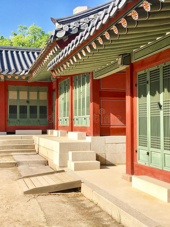 Двери на дворце Deoksugung, Сеуле, Корее - корейской красоте стоковые изображения rf