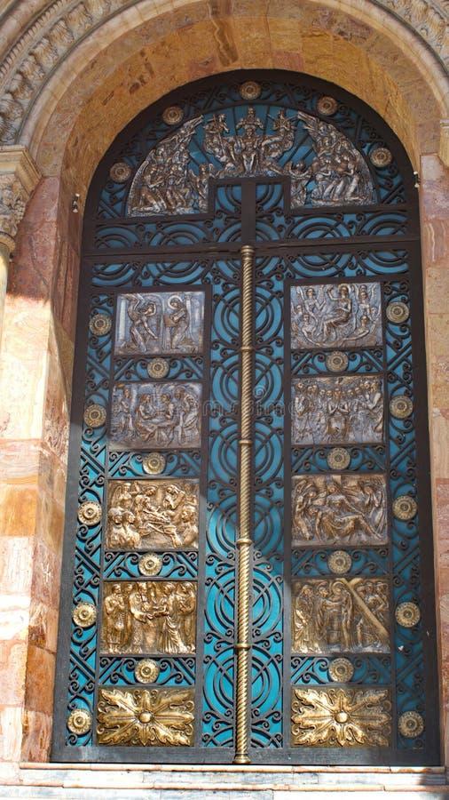 Двери на новом соборе стоковое фото rf