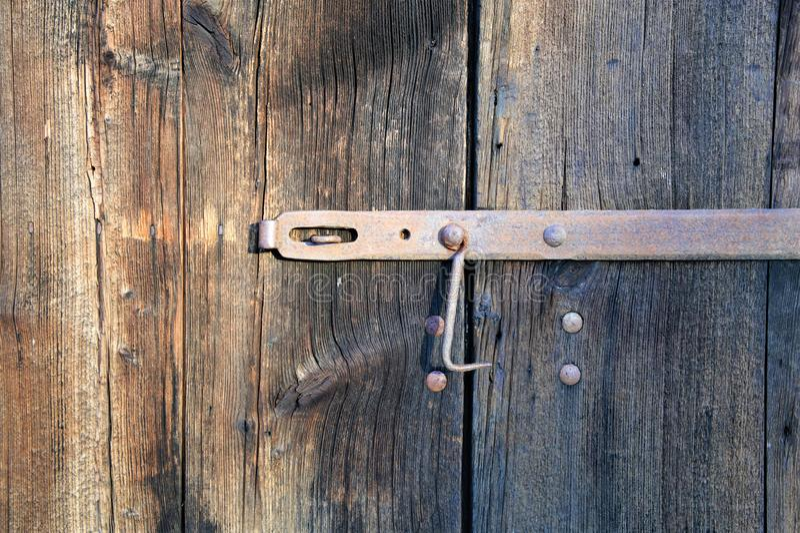 Двери старого амбара деревянные с ржавой защелкой на ей, деревянная текстура доски ясны стоковые фотографии rf