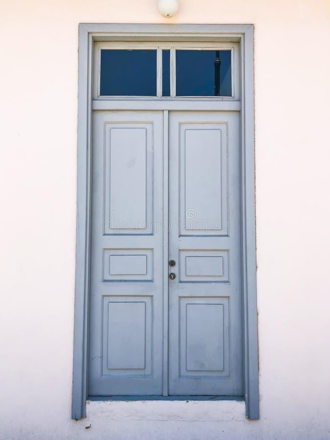 Двери частных современных домов на улицах в Rishon Le Сионе, Израиле стоковая фотография rf