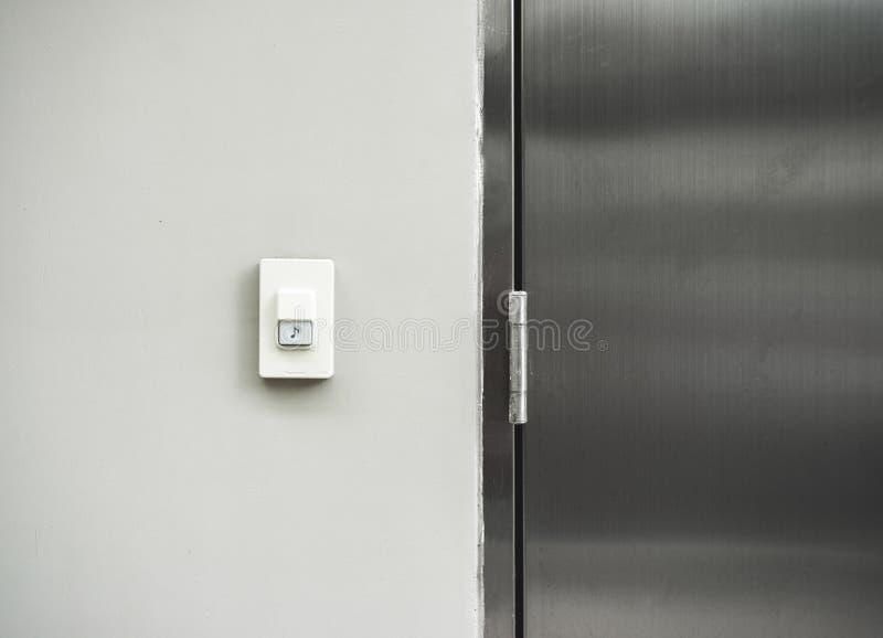 Дверной звонок или зуммер на предпосылке текстуры стены стоковое фото rf