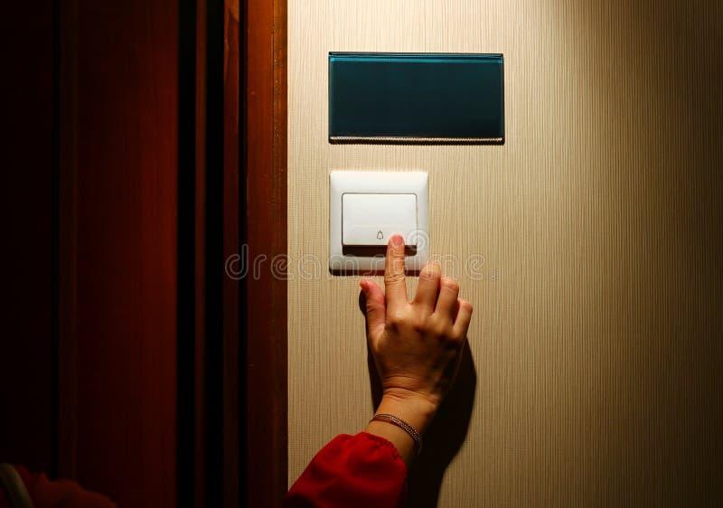Дверной звонок отжимать руки стоковые фото