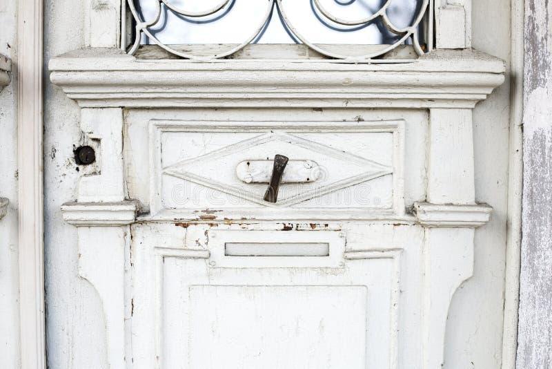 Дверной звонок старого металла винтажный на деревянной двери стоковое фото rf