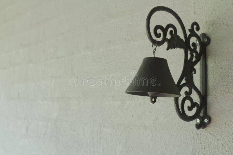 Дверной звонок черного листового железа на серой представленной кирпичной стене стоковые фото