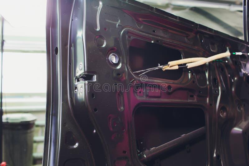 Дверь автомобиля изменяла после аварии и установка продолжается стоковое фото rf