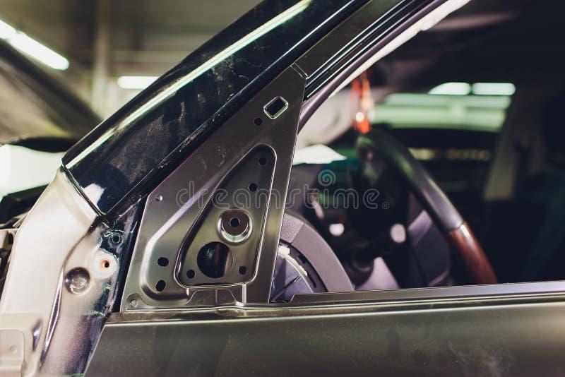 Дверь автомобиля изменяла после аварии и установка продолжается стоковая фотография