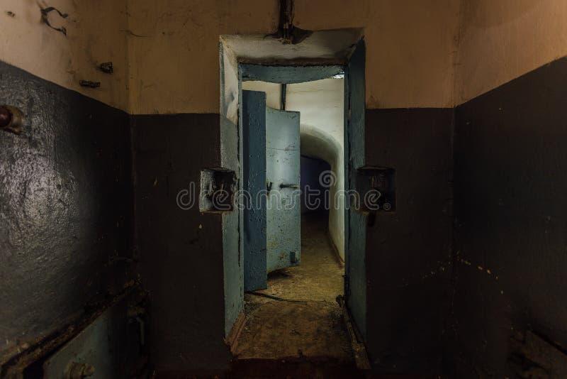 Дверь большого герметичного металла armored, вход покинутого советского воинского бункера стоковые фото