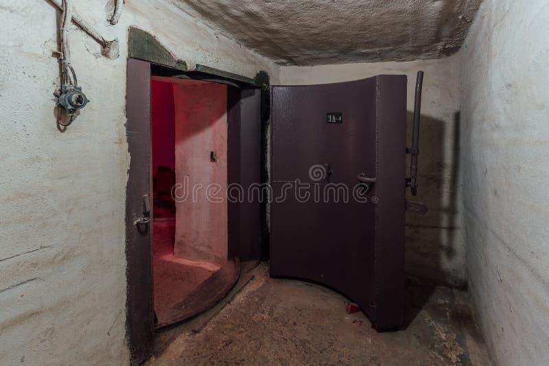 Дверь большого герметичного металла armored, вход советского воинского бункера стоковые фото