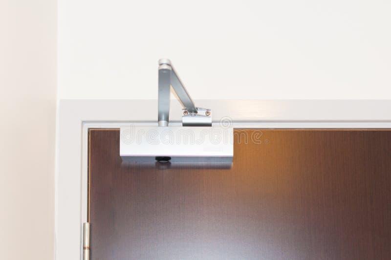 Дверь - более близко или установка амортизатора удара стоковая фотография