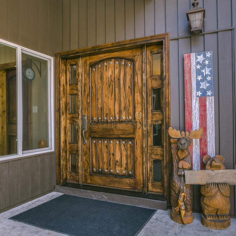 Дверь Брауна со стеклянными панелями и американским флагом стоковые фотографии rf