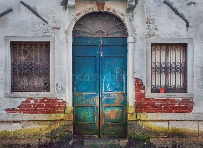 Дверь Венеции деревянная стоковые фотографии rf