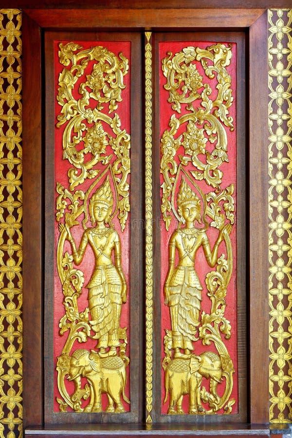 Дверь виска стиля Лаоса деревянная стоковое изображение
